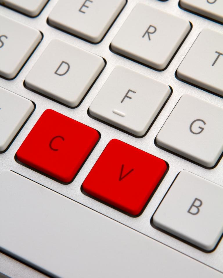 Teclado con las teclas C y V en rojo