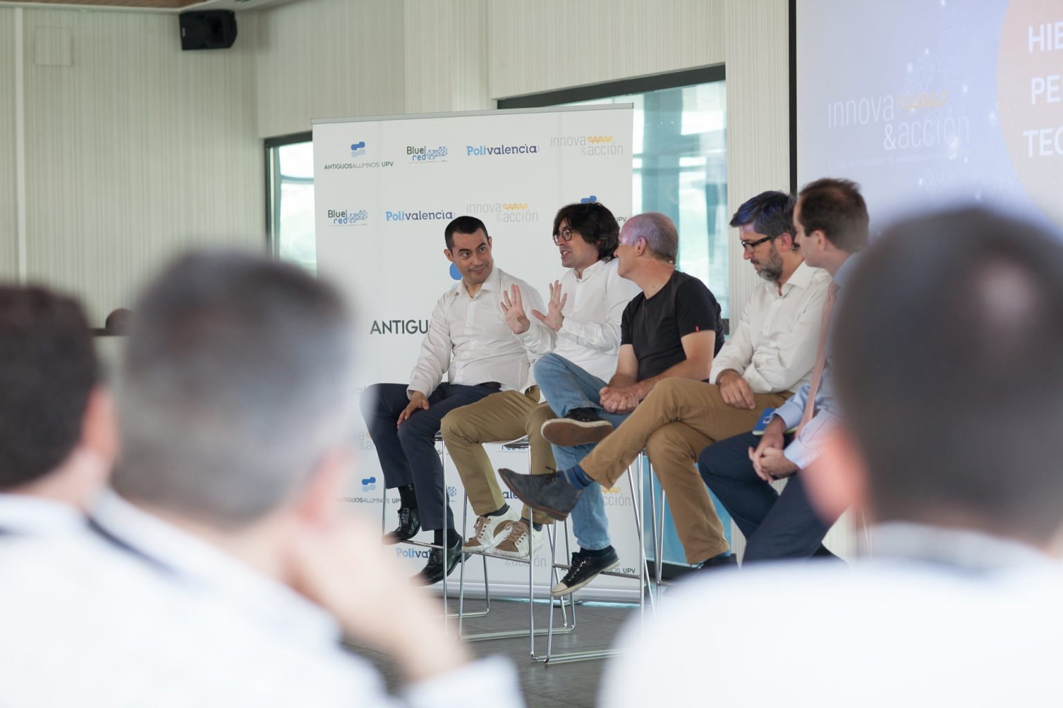 Mesa Redonda: tecnología, personas, leyes y modelos de negocio, los 4 principales actores de la transformación digital