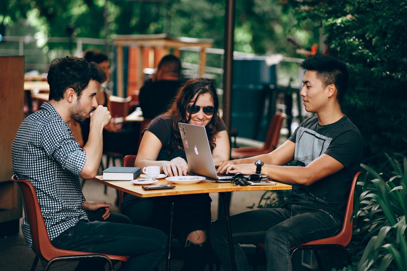 Para encontrar trabajo es fundamental adaptar el currículum a cada oferta
